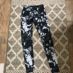 Beyond Yoga grey floral legging- size XS